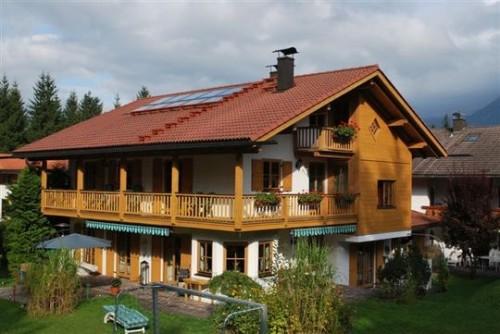 Дом состоит из трёх этажей, был постоен владельцем для себя,