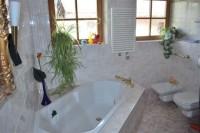 На втором этаже имеется ванная комната с роскошной  угловой ванной