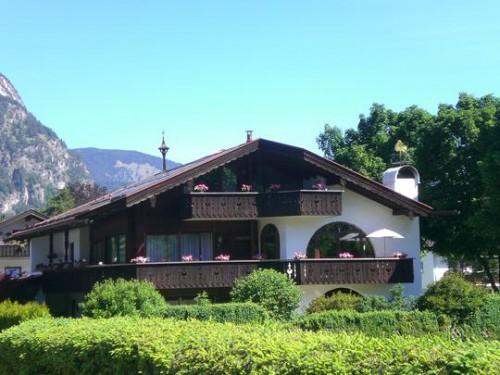 Эксклюзивная квартира в двух уровнях в стиле загородного дома в горах Гармиша