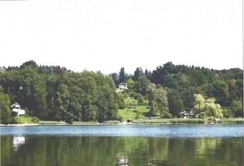 Вид виллы со строны озера Симзее в Баварии, регион Химгау