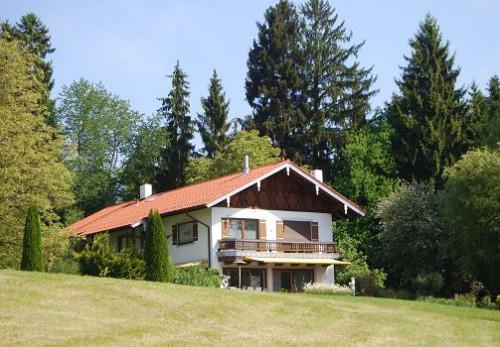 Купить элитную недвижимость в Германии на озерах и в горах - вилла (поместье) с огромным участком (10 000,00 кв.м.) между Мюнхеном и Зальцбургом.