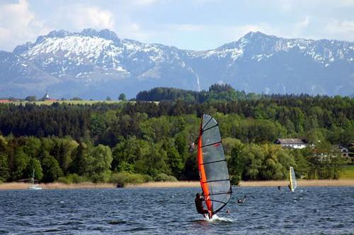 Вилла находится на видимоси берегу озера. Есть возможность для парусного спорта