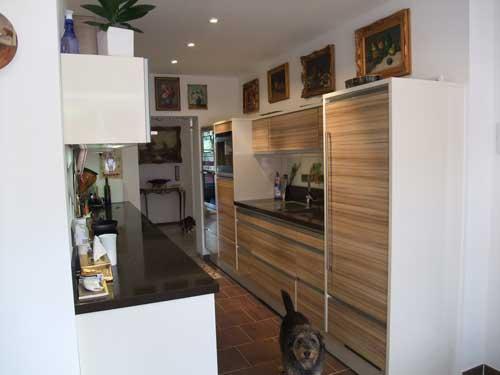 Часть кухни, имеется место для обедов, кухня новая
