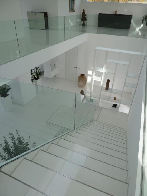 Широкая лестница на верхний этаж