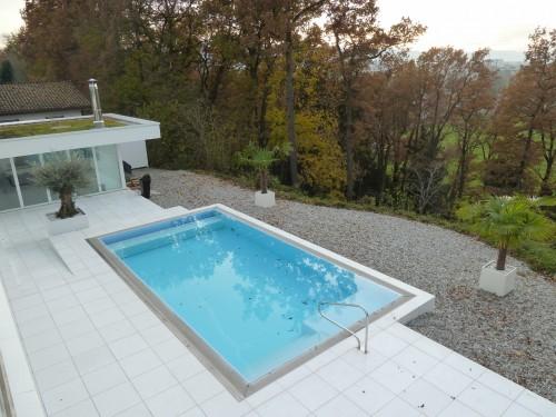 Вид сверху на бассейн и придомовую территорию