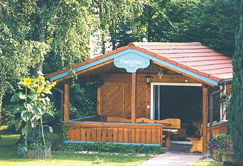 На участке имеется садовый бревнчатый домик с верандой