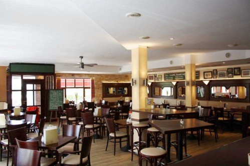 Обеденный зал в ресторане